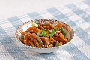 Посыпать мясо зелёным луком. Подавать стир-фрай из свинины предпочтительнее с рисом или азиатской лапшой.