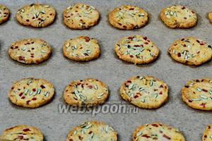 По истечении указанного времени, печенье должно стать золотистым по цвету, с подрумянившимися слегка коричневыми краешками. Вынуть противень из духовки.