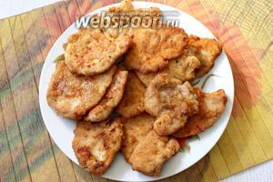 Готовые отбивные складываем на блюдо. Наши куриные отбивные в мультиварке готовы. Приятного аппетита!