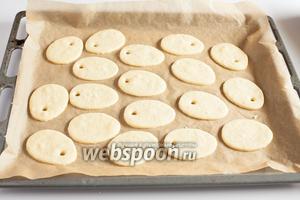 Печенье выпекается в предварительно прогретой духовке на среднем уровне, при температуре 180°С 10-11 минут. Перед росписью ему следует дать полностью остыть.