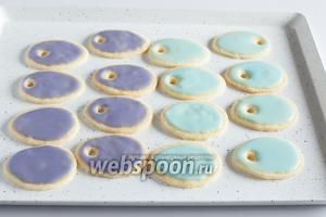 Полностью остывшее печенье расписываем цветной глазурью и даём ей подсохнуть (часа 2-3).