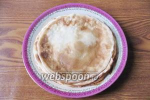 На горячую сковороду с антипригарным покрытием выливаем половником тесто и распределяем по сковороде.  Печём блинчики с обеих сторон.