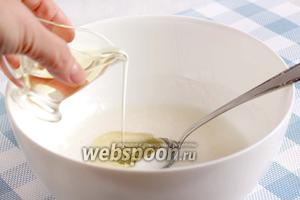 Кокосовое молоко смешать с сахаром, ванильным сахаром, добавить растительное масло. Советую ещё добавить щепотку соли, хоть этого и нет в рецепте.