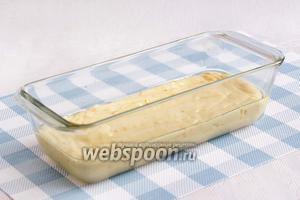 Вылить полученное тесто в форму, предварительно смазав её маслом. Выпекать кекс примерно 30 минут при 180°С.