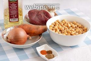 Для приготовления баранины с горохом нут возьмём мякоть баранины, кусочек бараньего жира (у меня он обрезан с тандырной баранины, с запахом дымка), здесь есть и растительное масло, которым можно заменить бараний жир. Но для аутентичности жир всё-таки предпочтительнее. Ещё нам понадобится лук, морковь и специи. По желанию можно взять зиру, но я её не люблю, а вот кориандр нравится очень, поэтому у меня кориандр, красный молотый перец и чуток хмели-сунели (хоть это и не узбекская специя).