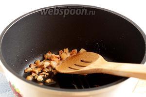В хорошо разогретом казане вытопить кусочки бараньего жира до сухих шкварок. Шкварки убрать на тарелку. А остальное блюдо готовить на этом жире. Для 2 порций его вполне хватило.