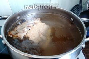 Заранее приготовим мясной бульон. У меня бульон на свинине, сваренный со специями, морковью и неочищенным луком.