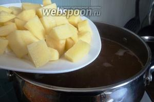 В закипевший бульон кладём картофель и варим его почти до готовности.