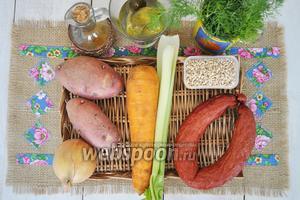 Приготовим перловку, огурцы и рассол, масло подсолнечное, лук, морковь, сельдерей, картофель, колбасу и зелень. Соль и приправы.