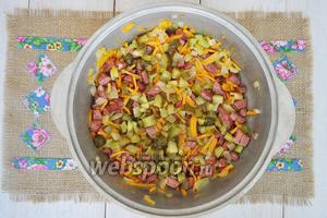 Колбасу очистить и нарезать, обжарить с овощами и добавить солёные огурцы, нарезанные средним кубиком.
