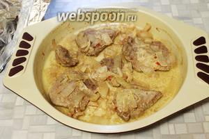 Запечь в нагретой до 180°С духовке до готовности, можно фольгу в конце снять и подрумянить мясо. Подавать сразу. Очень вкусно с соусом песто.