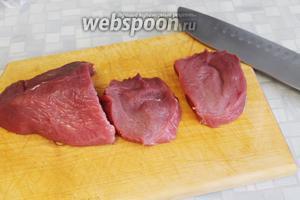 Мясо нарезать на ломти, толщиной 1 см.