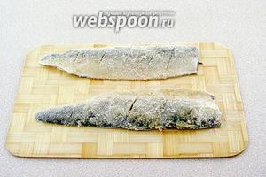 Обвалять рыбу в панировочных сухарях.