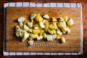 Картофель очистите и порежьте на кусочки.