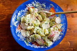 Заправьте салат сметанной заправкой и перемешайте. Подавайте немедленно.