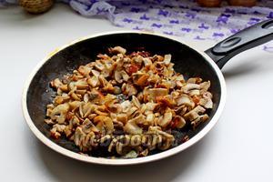 Грибы нарезать небольшим кубиком и обжарить с луком на растительном масле.