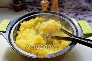Картофель очистить, отварить и приготовить пюре.