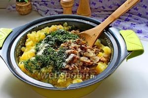 К картофелю добавить обжаренные грибы, соль, перец и мелко нарезанный укроп. Перемешать.