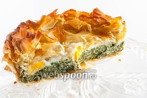 Конечно же, пирог со шпинатом съедобен сразу после выпекания. Но, исходя из нашего опыта, оптимальной зрелости торта паскуалина достигает на 3 день. Ей нужно дать выстояться в помещении с температурой ниже 20°С, не обязательно в холодильнике. В разрезе блюдо выглядит вот так.