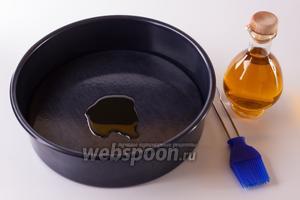 Если вы будете использовать разъёмную форму для тортов, то оливковым маслом следует промазать её дно. Если не разъёмную, то на дно кладётся бумага, и она не промазывается.