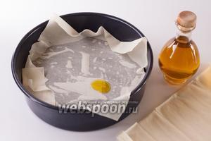 Имеющееся в наличии тесто фило делится на 2 половины. 1 закладывается вниз, при чём слои поочередно промазываются оливковым маслом. Если совсем честно, то в реальности я делаю это, капая масло на руку и возя по тесту ладонью.