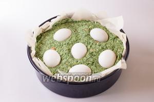 1 из 6 оставшихся сырых яиц моем и продавливаем им 6 ямок в поверхности начинки (я для наглядности сделала это всеми 6 яйцами, но на самом деле, конечно, так не делают).