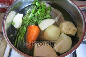 Овощи, кости и головы, часть зелени пучком, солим и  заливаем холодной водой.