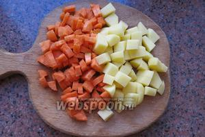 Нарезаем морковь и картофель.