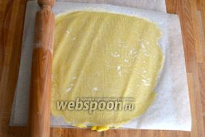 Духовку включить разогреваться на 190°С. Подготовить разъёмную форму (26 см), слегка смазать маслом. Тесто достать из холодильника, отделить 2/3 части от теста и раскатать в пласт, толщиной примерно 5 мм. В случае необходимости можно сделать это между 2 листами пекарской бумаги. Также с помощью бумаги перенести тесто в форму.