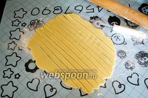 Оставшееся тесто раскатать и нарезать из него полоски с помощью рельефного ножа.