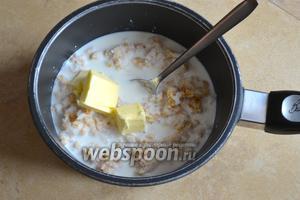 В кастрюльку положить вареную пшеницу, молоко и сливочное масло. Добавить цедру 1 лимона. Поставить всё на слабый огонь и варить, время от времени помешивая, до загустения, около 30 минут.
