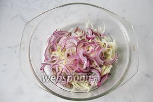 Фиолетовый лук чистим, моем и нарезаем полукольцами. Если нет такого лука, то возьмите обычный репчатый. Для того, чтобы удалить горечь, нарезанный лук обдайте кипятком и подержите в нём минут 7-10.