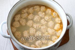 За 10 минут до готовности супа опускаем фрикадельки в кипящий суп.