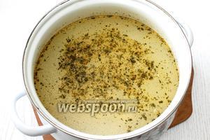 Оставшийся репчатый лук пассеруем на масле. За 5 минут до готовности супа, добавляем в суп зажарку, мелко порезанный укроп и соль по вкусу. Наш суп с фрикадельками рыбными из сёмги готов. Приятного аппетита!