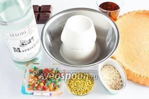 Для приготовления кассаты по этому рецепту нам потребуется 2 тонких бисквитных коржа, рикотта, какие-нибудь цукаты (сортность не важна), по желанию шоколад, фисташки и миндаль. Если нет шоколада, фисташек и миндаля — можно просто увеличить количество цукатов, и наоборот. Ликёр мараскин или апельсиновый, или розовая вода — не обязательны. Если у вас есть любой готовый сахарный сироп, а может,  золотой сироп  или  инвертный сироп  — вам повезло. Если вам подобным образом не повезло, то сварите аналогичное количество сиропа из сахара с водой и дайте ему полностью остыть. Или махните рукой на условности и возьмите любое угодное вам варенье, ягоды из которого уже съели ваши домочадцы. Кассата — как пасха, рецепт очень многовариантный.
