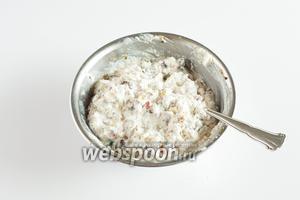 Рикотта смешивается с цукатами, шоколадом, орехами и сахарным сиропом.