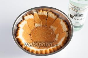 Бисквит выкладывается в миску чашевидной формы и сбрызгивается ликёром, если тот используется.