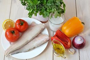 Для приготовления 2 порций мокеки понадобится, во-первых, рыба. В моём случае — филе хека. Подойдёт практически любая крупная белая морская рыба. Традиционно это морской окунь, путассу, акула, групер и другие. Также потребуются овощи: сладкий перец, томаты, лук и чеснок. А кроме того — 0,5 лимона, оливковое масло, кокосовое молоко, немного кинзы и петрушки.