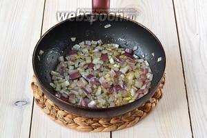 Обжарьте лук на оливковом масле до прозрачности.