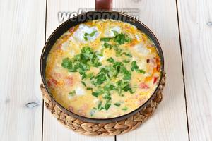 Залейте кокосовым молоком. Оно должно покрыть кусочки рыбы. Мелко нарежьте петрушку и кинзу. 1/2 зелени добавьте в мокеку. Быстро доведите до кипения, а затем убавьте огонь.