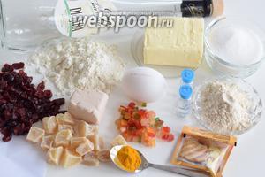 Подготовим ингредиенты: муку высшего сорта, дрожжи свежие (лучше со свежими, они имеют более интенсивный аромат в выпечке), молоко не менее 3,2-3,5% жирности, сахар и соль, ячменный солод, куркуму и все аромаэссенции, все цукаты и клюкву, яйца размером не менее 65-70 г, сливочное масло мягкое (жирность не менее 82%), граппу.