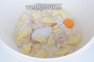 Дрожжи вспенились и теперь можно смело вводить остальные ингредиенты. Добавим сахар, соль, яйца целиком и нарезанное на кусочки тёплое масло.