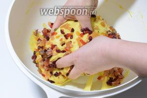 Затем, в выросшее тесто, вмешиваем руками цукаты с граппой. Вымешиваем хорошенько до однородности.