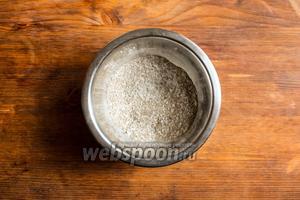 Для начала смешайте в небольшой мисочке дрожжи, 1 ст. л. сахара и 1 ст. л. муки.