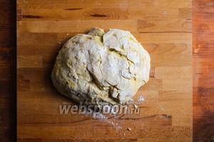 Перенесите тесто на рабочую поверхность и вымесите руками.