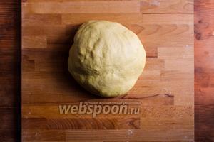 Вымешивайте тесто пока оно не станет однородным и гладким.