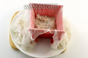 Форму для пасхи выложить на тарелку и внутри выложить влажной чистой марлей (следите, чтобы не образовывались складки). Заполнить форму творожной массой.