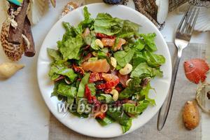 Салат с вялеными помидорами и орехами кешью