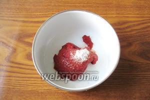 Готовим соус. В миску кладём томатную пасту, сахар и соль.