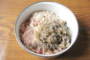 Добавляем грибы с луком к мясному фаршу, батону и чесноку.